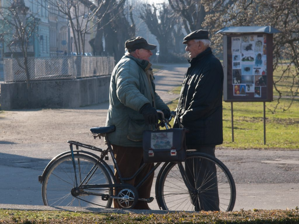 Senior à vélo discutant